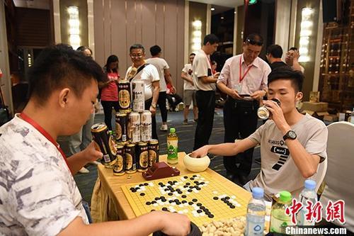 资料图:民众饮酒对弈(图与本文无关)。 <a target='_blank' href='http://www.chinanews.com/'>中新社</a>记者 俞靖 摄