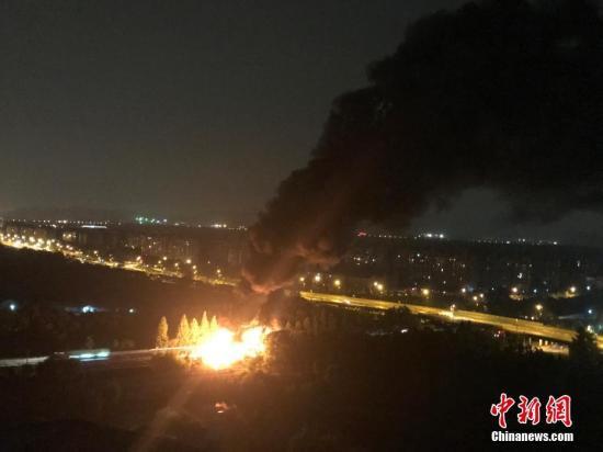 资料图:浙江杭州绕城高速发生追尾事故。刘佩琦 摄