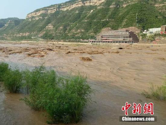 资料图:黄河壶口段洪峰过境。张建良 摄