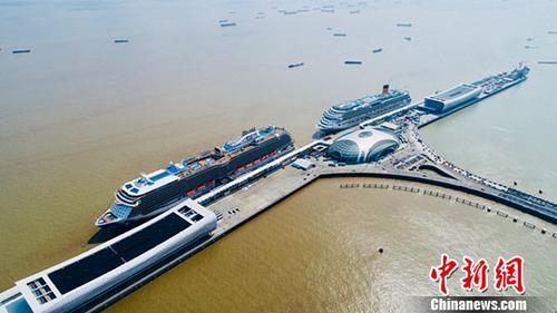 在新发展理念之下,上海宝山正由以往钢铁制造为主的传统工业区向邮轮经济特色的现代化滨江新区转变。中新社记者 张亨伟 摄