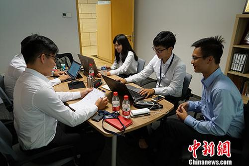 """过去三周,来自台湾知名高校的大学生萧惟中、谢明洋和李冠儒等六人在交通银行北京市分行实习。离京前,他们三人与记者分享了此次暑期经历。成功大学学生谢明洋说,身边已有很多师长、朋友选择赴大陆发展,通过实习,自己寻找到他们""""登陆""""的缘由。这边的市场更大、机会更多,年轻人在此有更广阔的施展才能空间。 图为台湾大学生萧惟中、谢明洋和李冠儒等人在交通银行北京市分行实习。记者 王捷先 摄"""