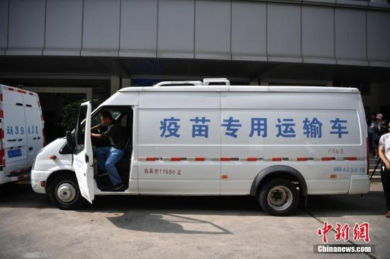 资料图:运输疫苗的车队。中新社记者 刘冉阳 摄