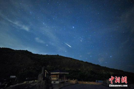 资料图:一颗流星在星空中掠过。 <a target='_blank' href='http://www-chinanews-com.juedikj.com/'>中新社</a>记者 麦尚�F 摄