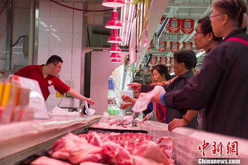 """8月9日,在连续三个月在""""1""""时代徘徊后,7月份中国居民消费价格总水平(CPI)上扬至""""2""""区间。当日,中国国家统计局发布数据显示,2018年7月份,中国CPI同比上涨2.1%。其中,城市上涨2.1%,农村上涨2.0%;食品价格上涨0.5%,非食品价格上涨2.4%;消费品价格上涨1.8%,服务价格上涨2.5%。1-7月平均,中国CPI同比涨2.0%。图为7月,山西太原某超市民众购买猪肉。 <a target='_blank' href='http://www.chinanews.com/'>中新社</a>记者 张云 摄"""