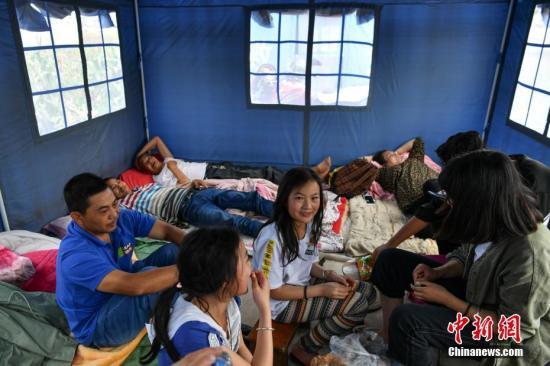 8月14日,当地民众在救灾帐篷内休息。<a target='_blank' href='http://www.chinanews.com/'>中新社</a>记者 任东 摄