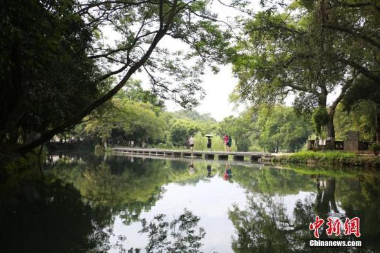 游人行走在灵渠泄水天平坝。 朱柳融 摄