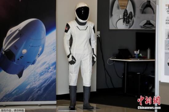 """当地时间2018年8月13日,美国加州霍索恩,SpaceX公司总部和火箭工厂举办""""媒体开放日""""活动,新款宇航服亮相。当地时间8月3日,美国国家航空航天局(NASA)公布了9名将搭乘波音公司的CST-100 Starliner载人航天器和SpaceX载人龙飞船往返国际空间站的宇航员。这将是2011年美国航天飞机退役后,首批从美国本土飞向空间站的宇航员。SpaceX预计在2018年年底进行无人测试,2019年4月进行载人测试;波音则预计在2018年年底至2019年年初进行无人测试,2019年中期进行载人测试。"""