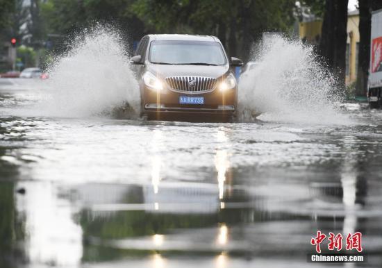 资料图:东北地域遭遇暴雨,车辆在水中缓行。 <a target='_blank' href='http://www.chinanews.com/'>中新社</a>记者 张瑶 摄
