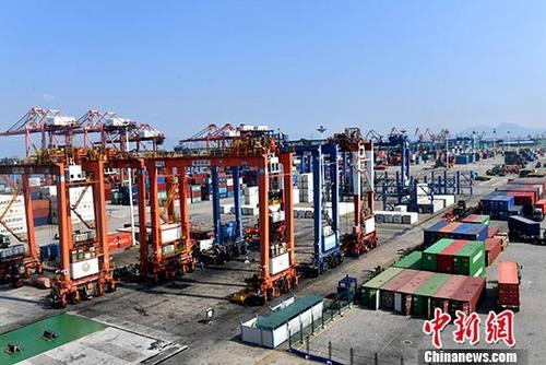资料图:厦门海天集装箱码头。 记者 吕明 摄