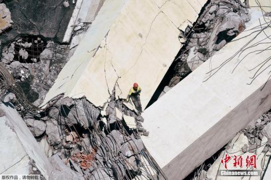 地面时间8月14天,意大利北部城市热那亚发生严重塌桥事故,同样条有50年历史的高速公路高架桥,以雨中突然倒塌,桥身连同多部汽车一同坠落,致数十口亡。希冀为搭救人员以事故现场。