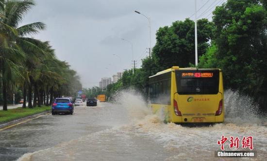 """台风""""贝碧嘉""""造成海口多处积水。 吴天军 摄"""
