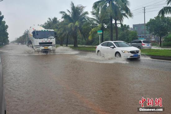 """台风""""贝碧嘉""""致海口多路段积水。 吴天军 摄"""