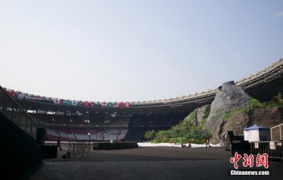 资料图:8月15日,第十八届亚运会开幕式正在主会场格罗拉蓬卡诺体育场内紧张筹备。 <a target='_blank' href='http://www.chinanews.com/'>中新社</a>记者 侯宇 摄