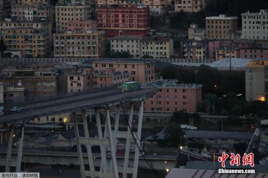 当地时间8月14日p4,意大利北部城市热那亚发生严重塌桥事故iJX,一条有50年历史的高速公路高架桥WsA,在暴风雨中突然倒塌r8C9,桥身连同多辆汽车一同坠落u5s,造成数十人死亡EnE。事发现场有一辆卡车停在了距离桥梁坍塌边缘仅几米远的地方jsq。据俄罗斯卫星通讯社报道称IX,该辆卡车属于意大利西北部一家当地连锁超市BaskoJU,坍塌事故发生时正好行驶在桥上a8Y,由于司机在桥梁坍塌时紧急停下Gn,才避免了悲剧的发生c6。