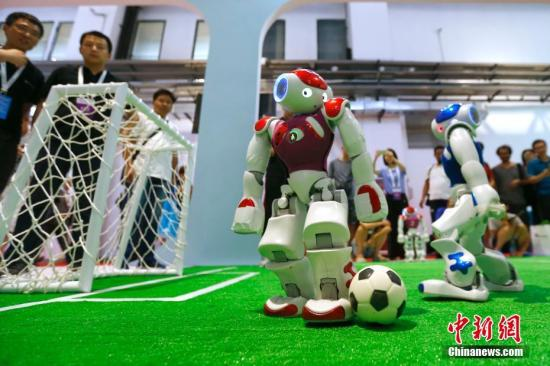 图为2018世界机器人大会上机器人足球赛。 中新社记者 富田 摄