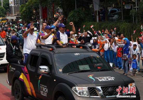 资料图:8月16日,第十八届亚运会火炬接力活动在印尼首都雅加达举行,当地民众热情迎接火炬的到来。<a target='_blank' href='http://www.chinanews.com/'>中新社</a>记者 侯宇 摄