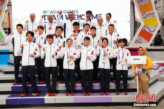 当地时间8月16日,第18届亚运会日本体育代表团升旗仪式在雅加达亚运村升旗广场举行。 中新社记者 刘关关 摄