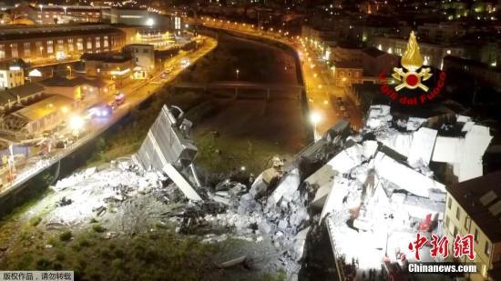 资料图:莫兰迪桥一截长80米的桥身在暴风雨中倒塌,多辆汽车坠落45米下的桥底。