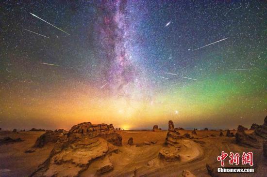 在海西州大柴旦,夜空中的流星雨和气辉华丽呈现在雅丹地貌之上。(多张叠加) 李定谋 摄