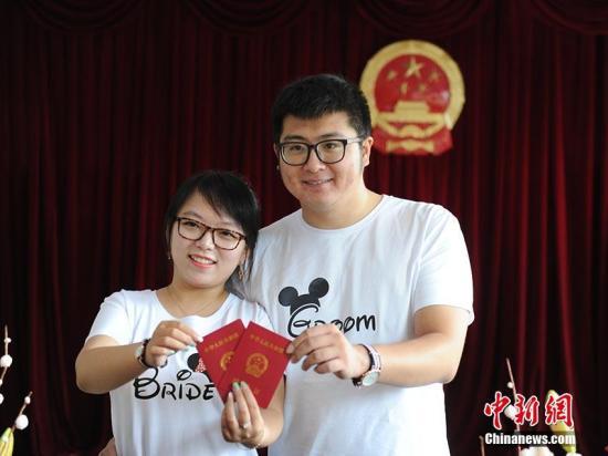 中国近年平均每年办理婚姻登记14