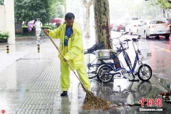 """2018年8月17日,上海,今年第18号台风""""温比亚""""的中心已于今天凌晨4时5分前后在上海浦东新区南部沿海登陆,登陆时中心附近最大风力将达到9级。 图片来源:东方ic 版权作品 请勿转载"""