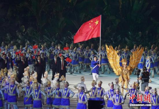 8月18日,第十八届亚运会在印尼首都雅加达开幕。图为中国代表团入场。 中新社记者 侯宇 摄