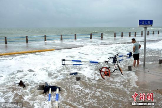 """台风""""温比亚""""掀大浪 青岛各海水浴场临时关闭 王海滨 摄 图片来源:视觉中国"""