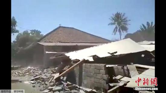 资料图:当地时间8月19日晚印尼龙目岛又发生6.9级地震,随后数小时又发生多次5级以上余震。地震造成建筑物受损,民众惊慌避难。此外,地震还造成岛上停电,引发一处火灾。 (视频截图)