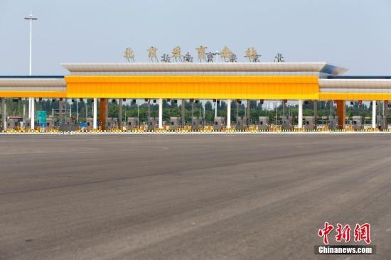 资料图:2018年8月20日,连接京津冀地区的首都地区环线高速公路(G95)最后一段——通州至大兴段正式通车。中新社记者 富田 摄