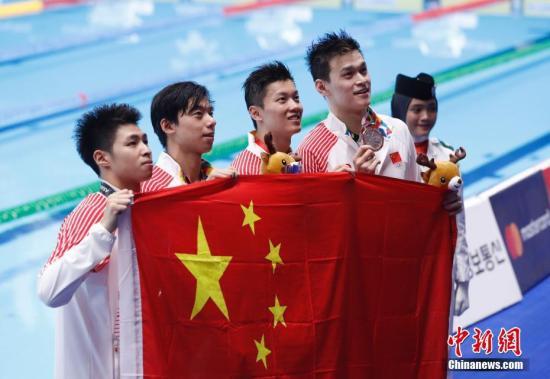 第18届雅加达亚运会男子4×200米自由泳接力赛中,商科元、覃海洋、汪顺、孙杨为中国摘得一枚银牌。中新社记者 杜洋 摄
