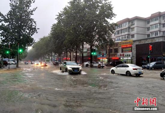 """8月20日,受今年第18号台风""""温比亚""""的影响,辽宁省大连市普降大到暴雨,导致市内多处出现严重积水,开启""""看海""""模式。 大连市气象台于当日上午7点30分起连续4次发布暴雨红色预警信号,提醒广大市民注意防范。 朴峰 摄"""