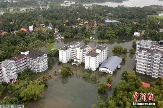据印度气象部门数据,本次雨季喀拉拉邦的降雨量比平均水平高出大约三分之一。由于连日暴雨,喀拉拉邦的河流和水库水位不断上涨,灾情日益严重。受灾最严重的地区包括该邦首府提鲁沃嫩塔布勒姆等。 文字来源:海外网