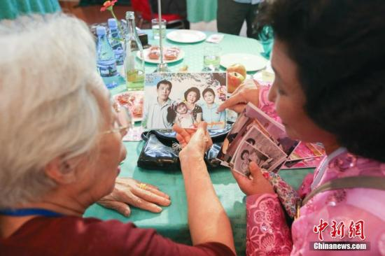 当地时间8月20日,第21次韩朝离散家属团聚活动首场见面会在朝鲜金刚山举行。参加第一轮韩朝离散家属团聚活动的89名韩方家属20日吃过午餐后,探亲团于当天下午3时(北京时间下午2时)在金刚山酒店与185名朝方亲人会面。联合采访团供图