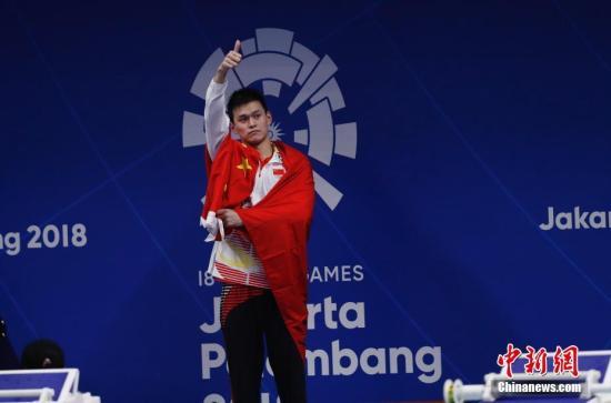 资料图:孙杨用国旗遮住了国家队领奖服的品牌logo。<a target='_blank' href='http://www.chinanews.com/'>中新社</a>记者 杜洋 摄