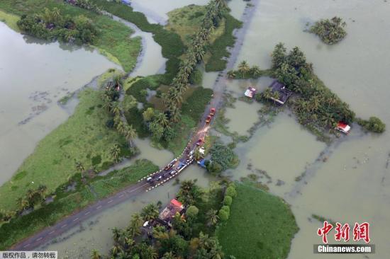 当地时间2018年8月19日,印度南部喀拉拉邦,洪水灾区疏散工作持续。喀拉拉邦首席部长办公室17日发布消息说,该邦正遭遇百年一遇的严重洪灾。自5月29日以来,该邦已有324人死于洪灾,其中,近10天以来就有164人丧生。 文字来源:海外网