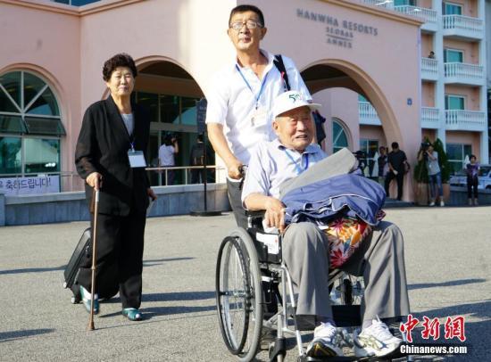 8月20日,第21次韩朝离散家属团聚活动将在朝鲜金刚山举行。当天早上,大批韩方家属从韩国束草市集合出发。韩国统一部发布消息称,将举行两轮家属团聚,每轮持续3天。 中新社记者 曾鼐 摄