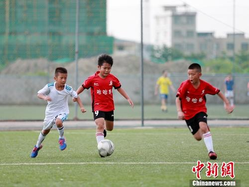 资料图:踢球的孩子们。中新社记者 曾开宏 摄