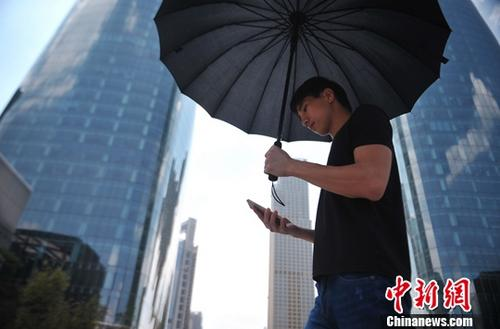 资料图为江西南昌一名男子低头使用手机。中新社记者 刘占昆 摄