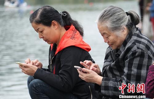 资料图:用户使用智能手机上网。<a target='_blank' href='http://www.chinanews.com/'>中新社</a>记者 刘占昆 摄