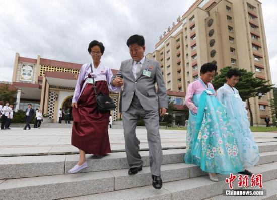 资料图:当地时间8月21日,韩朝第21次离散家属团聚活动进入第二天,89名韩方离散家属和随行家属共197人在朝鲜金刚山与185名朝方亲属单独会面。金刚山联合采访团 供图