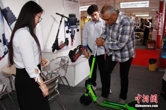 资料图:电动滑板车。中新社记者 余瑞冬 摄