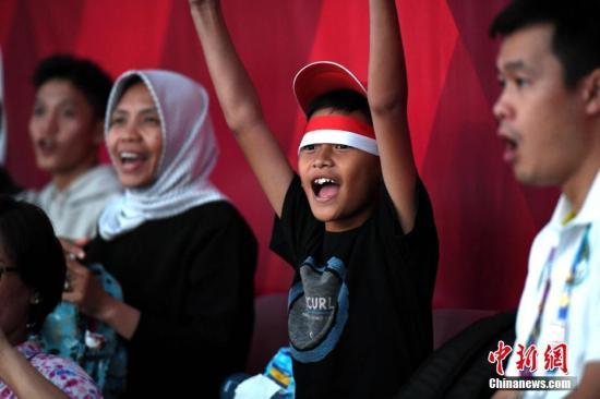 8月21日,雅加达亚运会击剑比赛举行,印尼儿童在现场为选手欢呼助威。<a target='_blank' href='http://www.chinanews.com/'>中新社</a>记者 王东明 摄