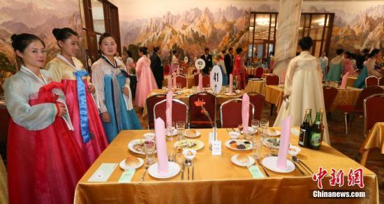 8月20日,朝鲜金刚山酒店内的工作人员正在为欢迎晚宴做准备。 金刚山联合采访团 供图