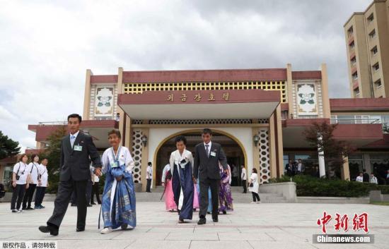 当地时间8月21日,朝鲜金刚山,第21次韩朝离散家属团聚活动第二天结束,家属走出酒店准备乘车离开。