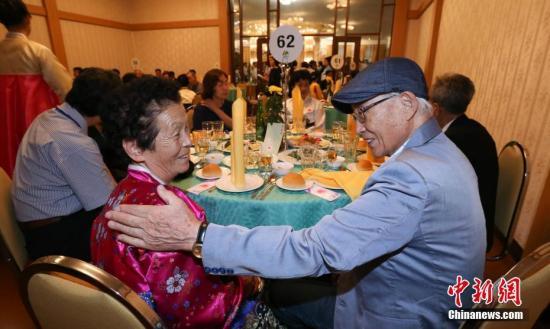 资料图:8月20日,韩朝离散家属在朝鲜金刚山共进晚餐。 金刚山联合采访团 供图