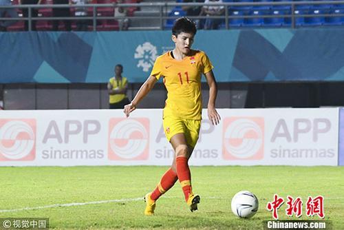 图为女足王珊珊带球。 图片来源:视觉中国