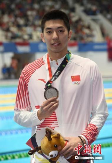 雅加达亚运会男子100米蛙泳,闫子贝摘得银牌。(资料图)中新社记者 侯宇 摄