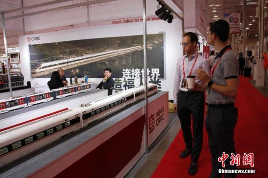"""当地时间8月21日,在加拿大多伦多国际中心举行的""""中国品牌商品(加拿大)展""""上,中国高铁及磁悬浮列车模型吸引参观者目光。这是中国商务部首次在加拿大举办中国品牌商品展,约百家中国品牌企业参展。 <a target='_blank' href='http://www.chinanews.com/'>中新社</a>记者 余瑞冬 摄"""