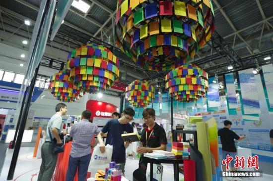 资料图:2018年8月22日,第二十五届北京国际图书博览会上,观众在出版商图片