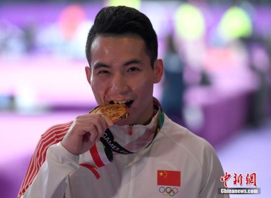 8月23日晚间,雅加达亚运会体操男子吊环决赛,中国选手邓书弟14.750分获得冠军,日本选手野野村笙吾和中国台北选手陈智郁分获二、三名。图为邓书弟庆祝夺冠。<a target=